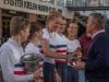 Herr Wolfahrt und Herr Schlüter, Ratsherren der Stadt Kiel überreichen zusammen mit Bernd Klose Pokale und Plaketten