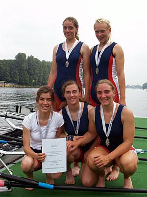 Frauke Birgel, Rona Schulz (oben von links) sowie Steuerfrau Hannah Brinker, Jessica Liebe, Paula Wesselmann (unten von links) strahlen nach der Siegerehrung. Foto: H. Hinz