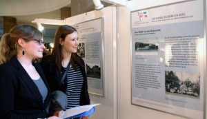 Lena Cordes (links), Dozentin in der Abteilung Regionale Geschichte der Uni, und die Studentin Johanna Misfeldt in der Ruder-Ausstellung im Kieler Rathaus. Foto Rebehn