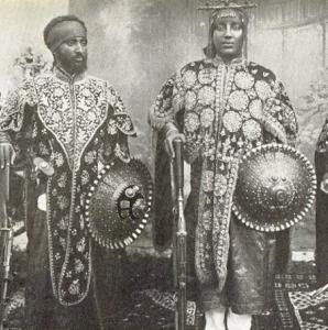 Liy Iyasu (rechts) mit Teferi - dem späteren Kaiser Haile Selassie, beide mit ihren Prunkschilder